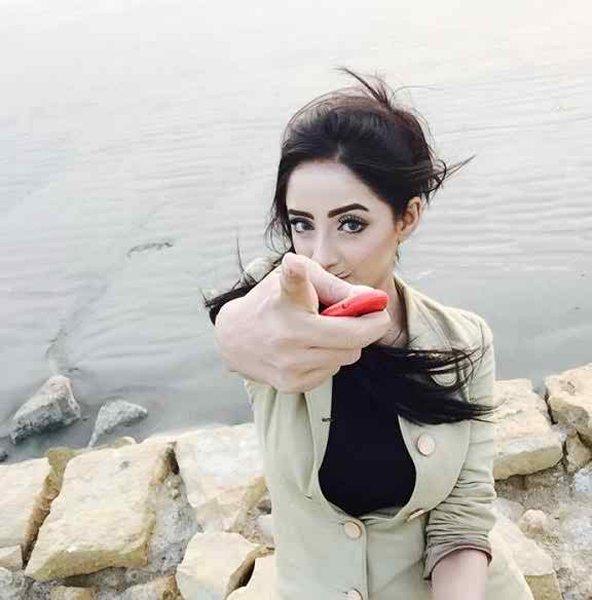 Which Pakistani Celebrities Are Selfie Junkies004