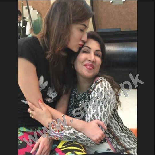 Pictures of Pakistani Celebrities with their mothers 2