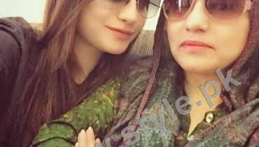 See Pictures of Pakistani Celebrities with their mothers