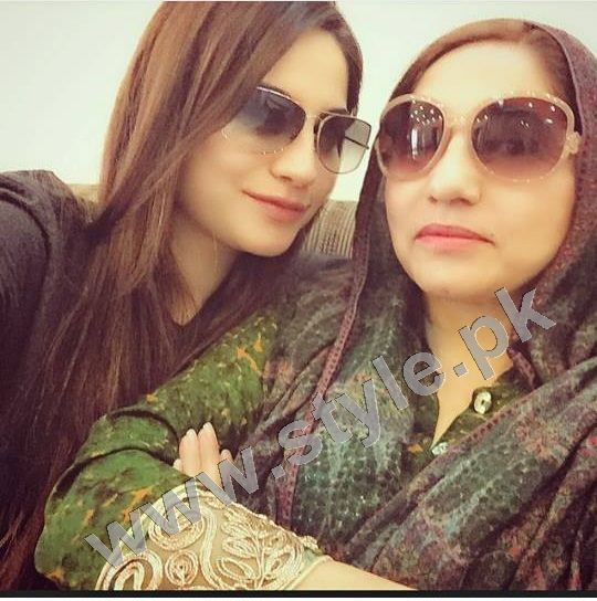 Pictures of Pakistani Celebrities with their mothers 6