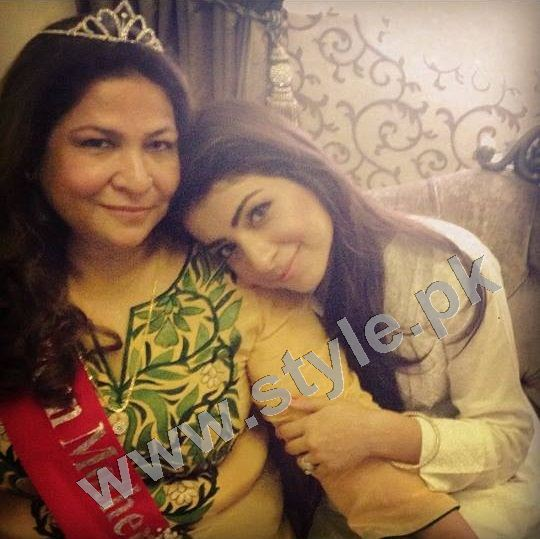 Pictures of Pakistani Celebrities with their mothers 9
