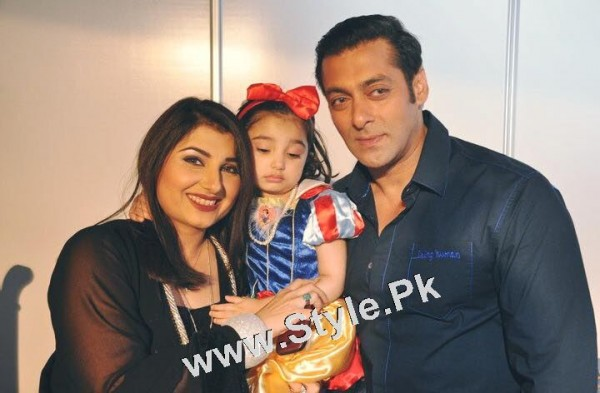 See Javeria Saud and her daughter with Salman Khan