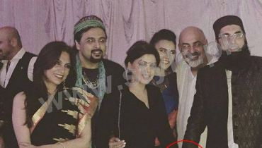 See Junaid Jamshed is being criticized for holding Hadiqa Kiyani's hand
