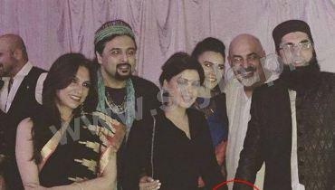 See Junaid Jamshed is being criticized for holding Hadiqa Kiyani's hand