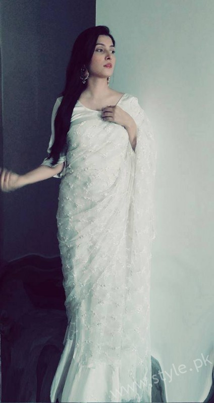 Ayeza Khan wearing white Saree