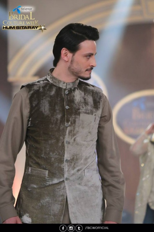 The beautiful couple Maya Ali and Osman Khalid Butt romanced on ramp (3)
