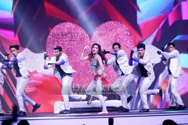 Pictures of Pakistani Celebrities during performance at ARY Film Awards 2016 (11)