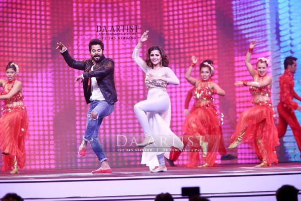 Pictures of Pakistani Celebrities during performance at ARY Film Awards 2016 (14)