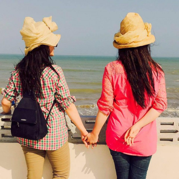 Beach Pictures of Aiman Khan and Minal Khan (5)