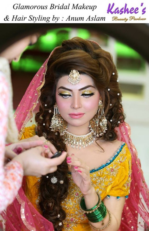 Glamorous mehndi makeup ideas by Anum Aslam