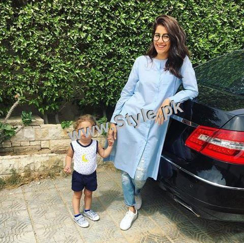 Recent Pictures of Syra Shahroze with her daughter (2)