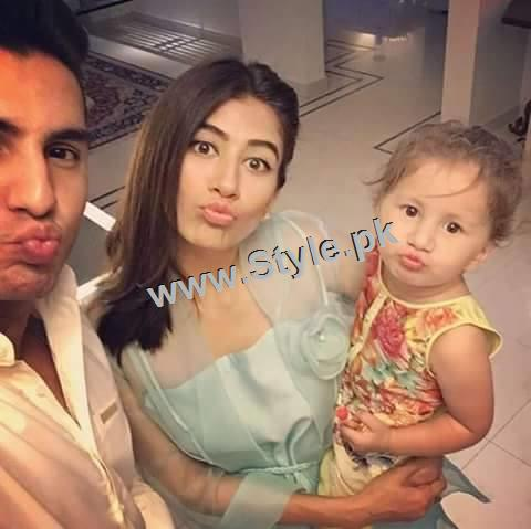 Recent Pictures of Syra Shahroze with her daughter (3)