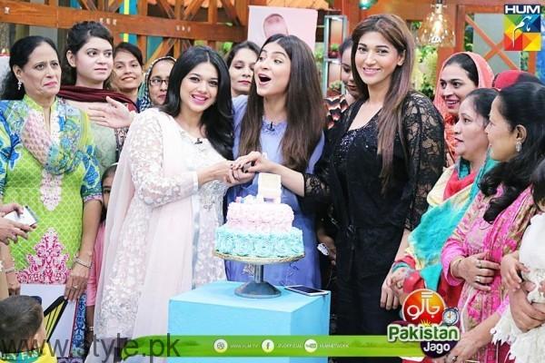 Sanam Jung Cutting Cake Jago Pakistani Jago