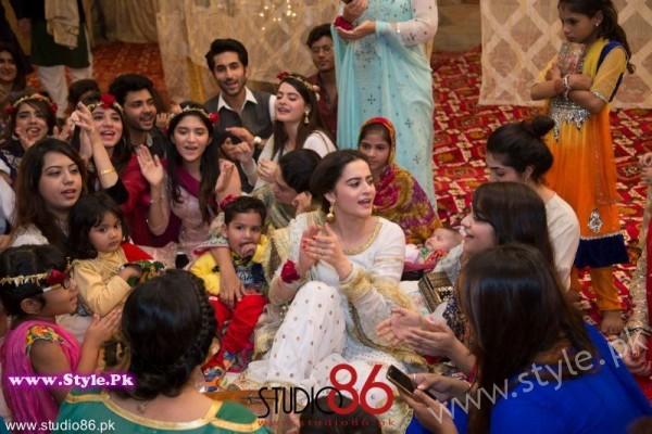 Aiman Minal Khan Dholki Dancing Pictures (11)