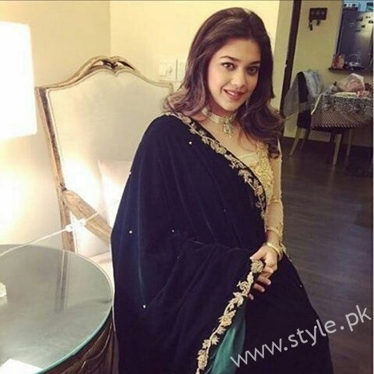 Embroidered velvet shawls are ruling in winters 2017 (7)