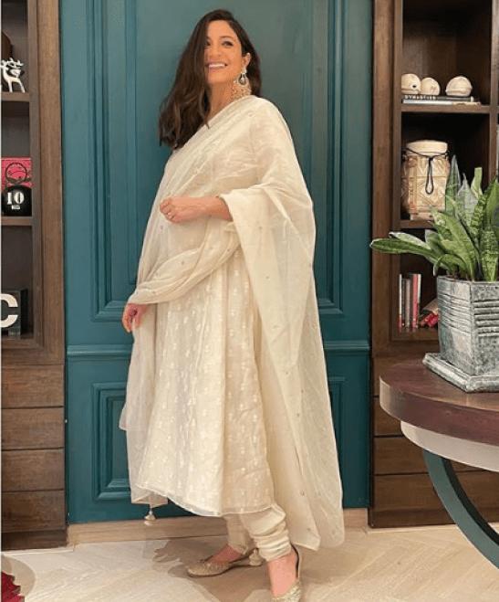 Mom-To-Be Anushka Sharma DazzlesIn Beautiful Casual Dress