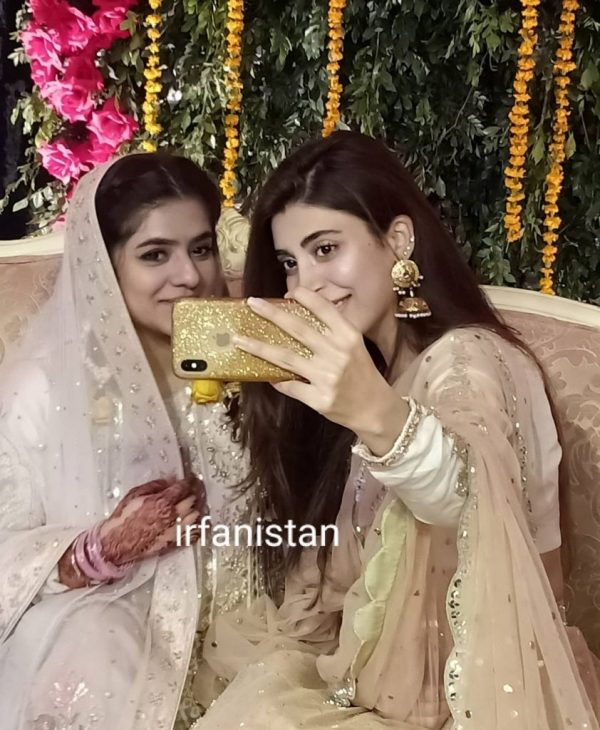 After Divorce Urwa & Farhan spotted in a Mehndi event together