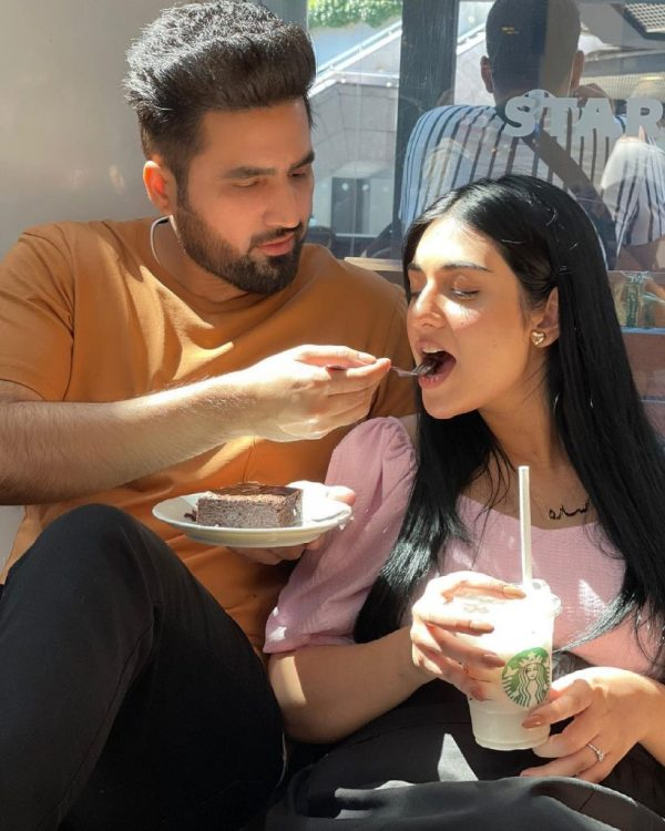 Mommy To Be Sarah Khan Flaunts Her Baby Bump