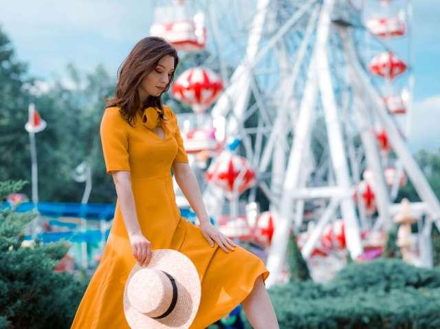 Pentru-Ca_Yellow-Creators_Ana-Drobot-Yellow-Mustard-Summer-Dress-pink-block-heel-sandals_Look