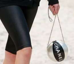 chanel-spring-2019-beach-ball-minaudiere2