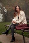 Coffee cup is an indispensable accessory in autumn. / A kávés phár felmelegít. Csakúgy mit ez a gyönyörű kabát.