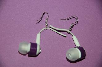 Fűzd rá a fülbevalóra / append the earphone to the earring base