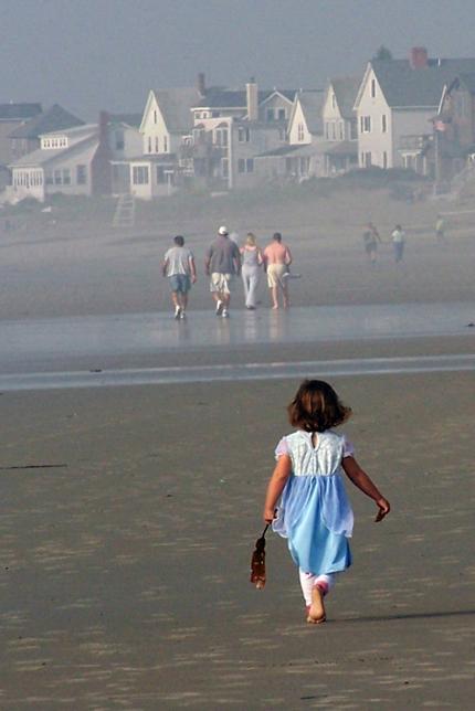 sandra-goroff-little-girl-beach