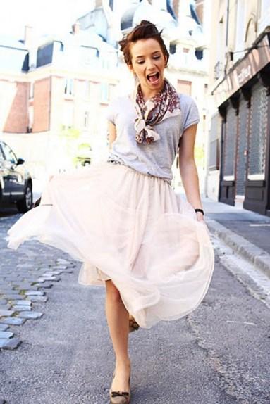 Me encanta como una t-shirt ekis se puede ver bien con la falda de tul y el pañuelo me parece lo mejor, le da un toque especial al outfit
