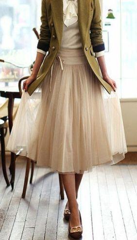 El color de la falda es súper combinable y sumando un abrigo estilo militar se ve INCREÍBLE