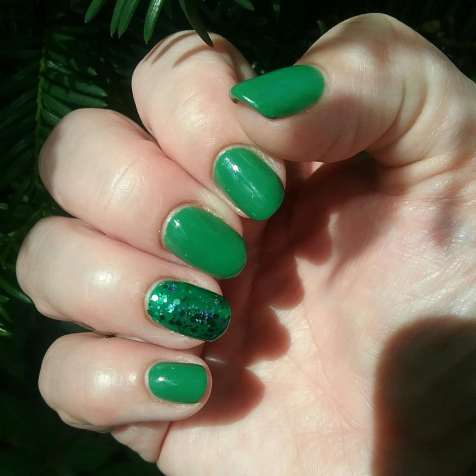 40 Chic Green Nail Art Ideas 11