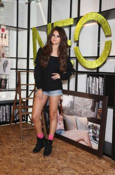 70 Ways Selena Gomes Styles with Sneakers Ideas 52