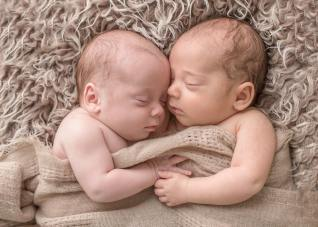100 Cute Twins New Born Photography You Can Copy 11