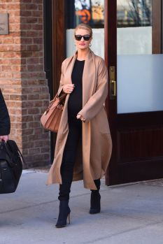 50 Comfy and Stylish Maternity Outfits Street Style Looks 27