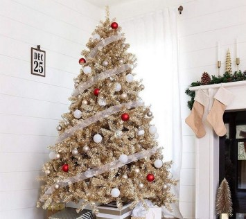 70 Catchy Silver and Gold Christmas Trees Decor You Need to See 24