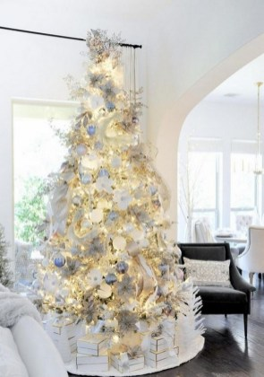 70 Catchy Silver and Gold Christmas Trees Decor You Need to See 28