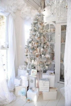 70 Catchy Silver and Gold Christmas Trees Decor You Need to See 63