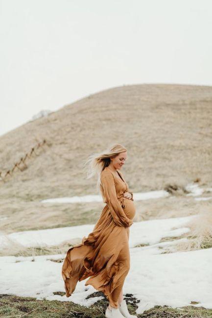 80 Outdoor Maternity Photoshoot Ideas 12