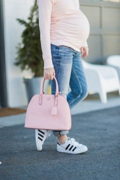 50 Comfy Jeans Outfits For Pregnant Women Ideas 27