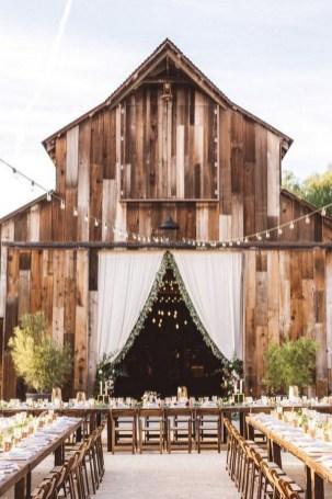 40 Romantic Rustic Barn Wedding Decoration Ideas 08