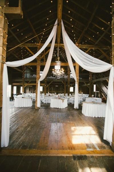 40 Romantic Rustic Barn Wedding Decoration Ideas 32