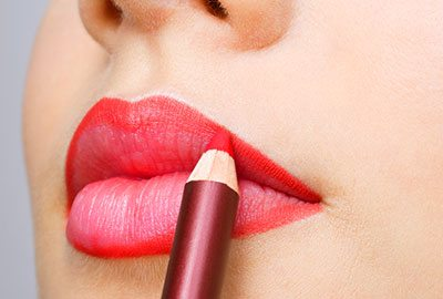 Shaping your lips with outline