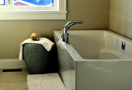 How to clean a bathtub easily?