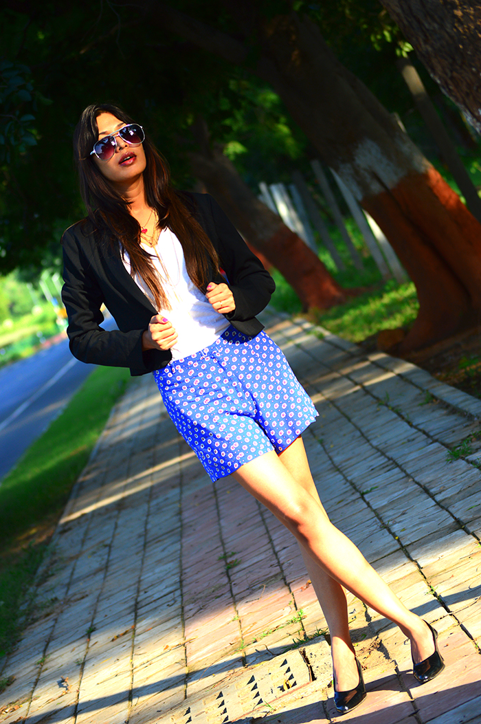 Fashion, Style, Shorts Suit, Fashion photography, Indian Fashion Blogger, Indian Fashion Blog, Aviator Sunglasses, printed Shorts, Black Blazer, Street Style, Street Style Blog, Personal style Photography, Outfit of the day, OOTD, Style Tips