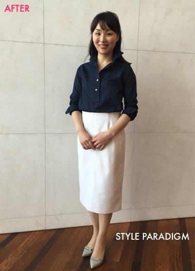 ネイビーのシャツと白のタイトスカートのコーディネートの女性