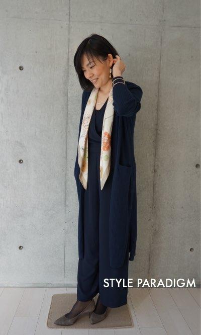 スカーフを首にかけた女性
