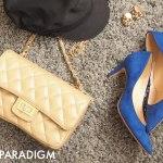 ロイヤルブルーのパンプスとバッグ、帽子の置きコーデ