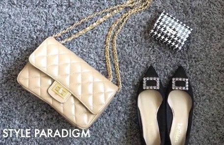チェーンバッグとドレッシーなパンプス、ミニ財布のコーディネート