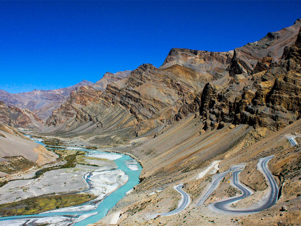 Gata Loops - one of the killer climbs any cyclists could think off, 21 hairpin bends called gata loops, 4190 mts to 4630 mts. high. It starts 24 kms from Sarchu tents.