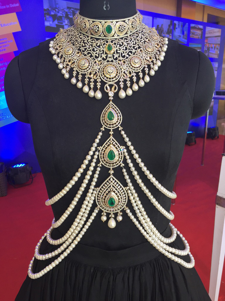 Jewelry: Yoube Jewellery - Necklace and body adorn with diamonds, emerald and pearls. PC: Style Prer