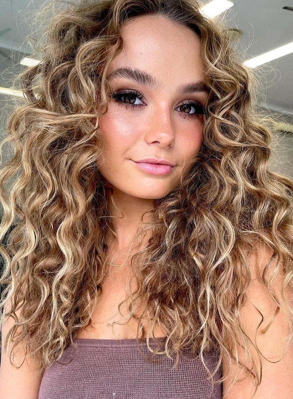 Long Curly Hairstyles for Women to Follow